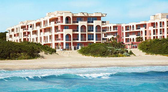 I detta hotell, direkt vid stranden, kommer vi bo. Förövrigt tror jag inte alls att bildens nivåer är fixad i Photoshop. Jag utgår stenhårt från att vattnet verkligen är så blått.