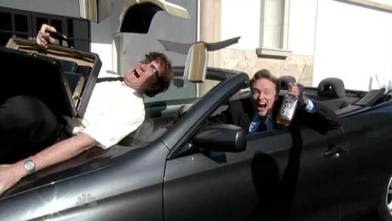Conan O'Brien, med en whiskeyflaska i handen, kör på en bibelförsäljare!