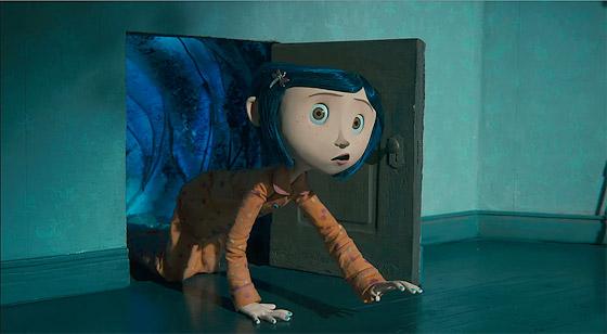 Coraline hittar en dörr som leder till en till synes bättre parallellvärld.