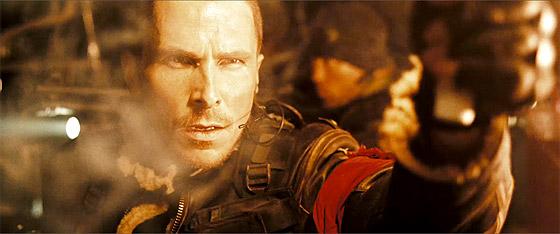 Christian Bale försöker rädda världen från mördarmaskiner.