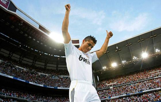 Cristiano Ronaldo tas emot av 75 000 fans på Bernabeu.