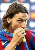 Zlatan kysser klubbmärket. Schysst mot Inters fans?