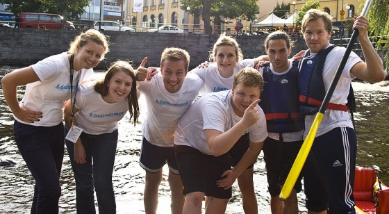 Hela laget poserar glatt, trots en rätt usel placering i just paddlingen i Svartån. Från vänster: Ida, Emma, jag, Neringa, SaÅ¡a, Pontus. Längst fram står Olof. Foto: Johannes Westman