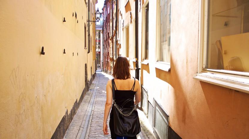 Gamla stan är fin, men alldeles för turistigt för vår smak. Här smiter vi in i en gränd.