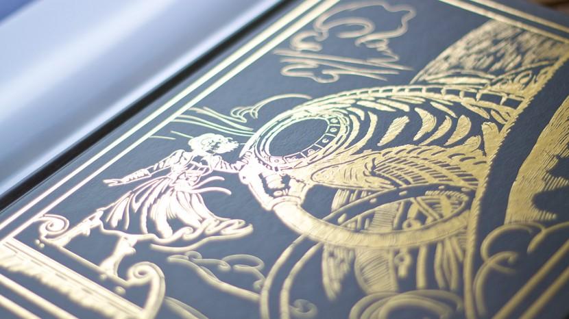 Under omslaget finns en stiliserad guldfärgad illustration. Snyggt!