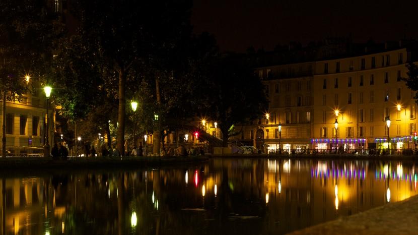 Vid solnedgången och långt in på kvällen samlades många kring Canal Saint-Martin för picknick med vänner.
