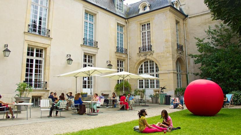 Ljuvligt väder, god glass och svensk litteratur. Allt fanns på Café Suédois.