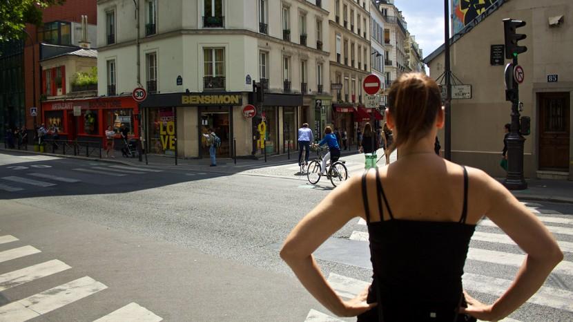 På väg för att utforska butikerna kring Canal Saint-Martin.