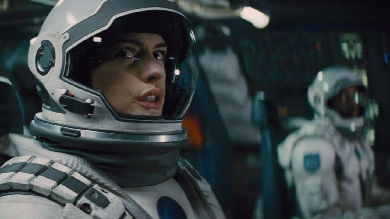 Anne Hathaway som dr. Brand.