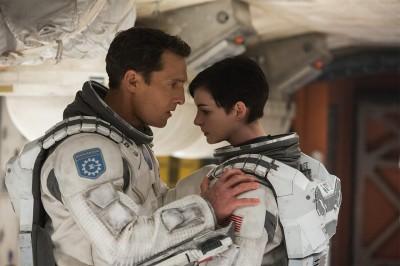 Cooper och Brand kämpar båda mot sorgen för att ha lämnat sina anhöriga på jorden.