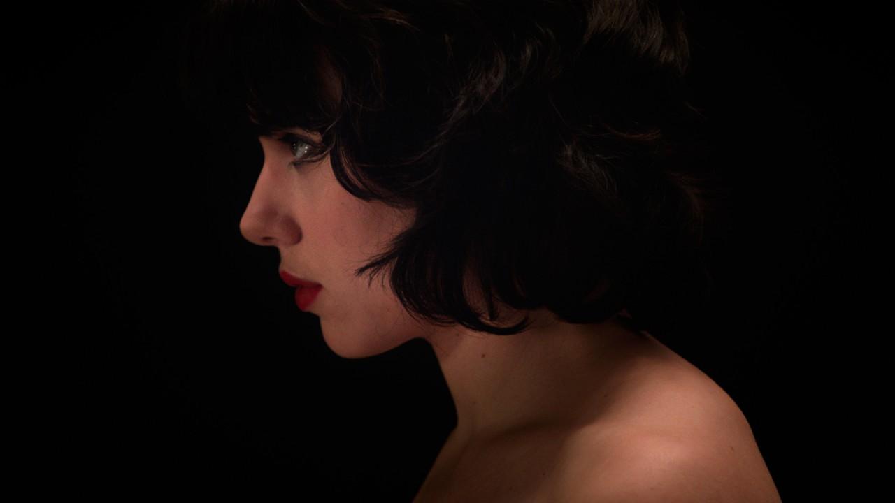 Tät, obehaglig och alldeles, alldeles underbar. Scarlett Johansson i Under the Skin.