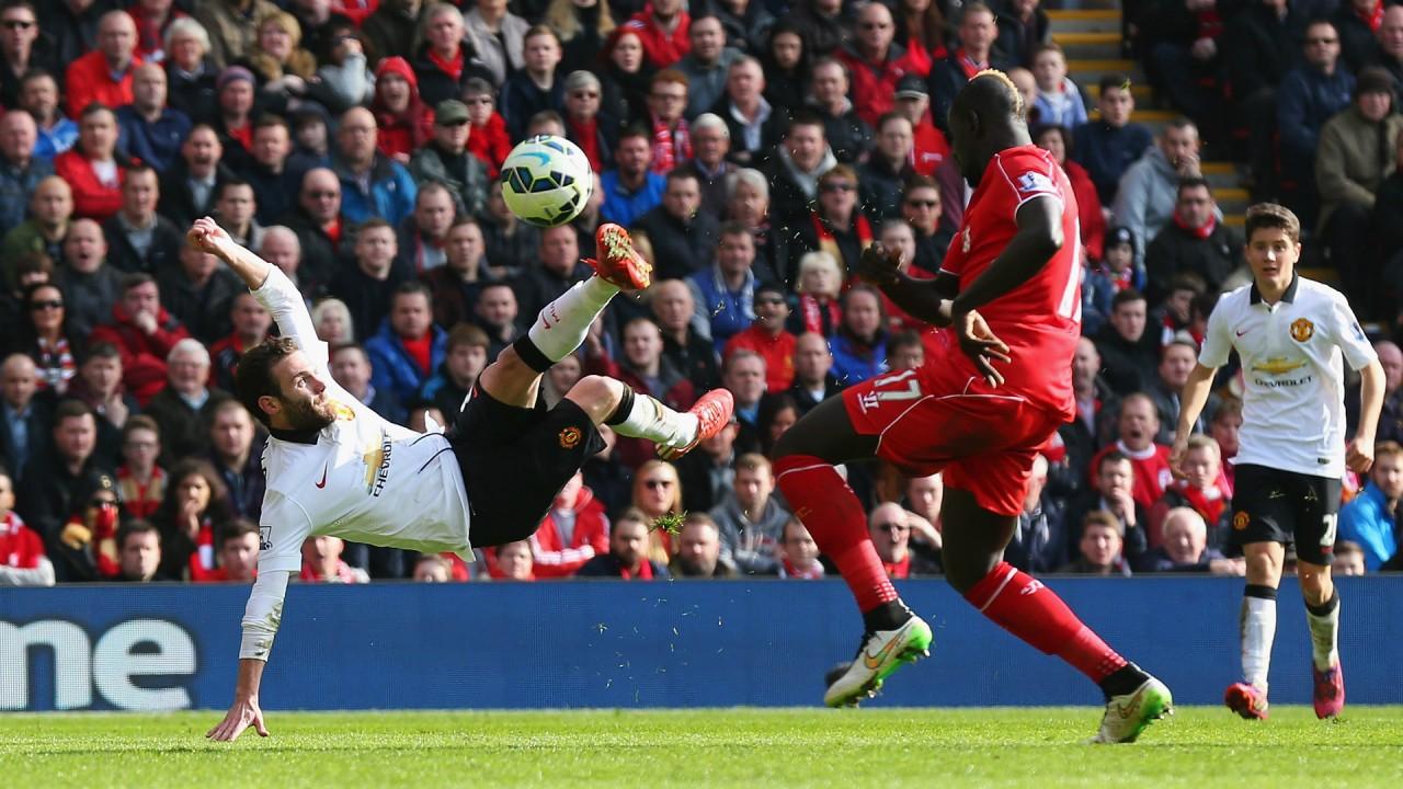 Juan Mata gör säsongens mål mot Liverpool.