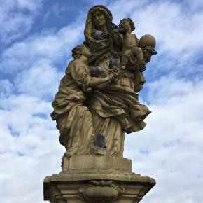 Staty på Karlsbron. Populär bland fåglar.
