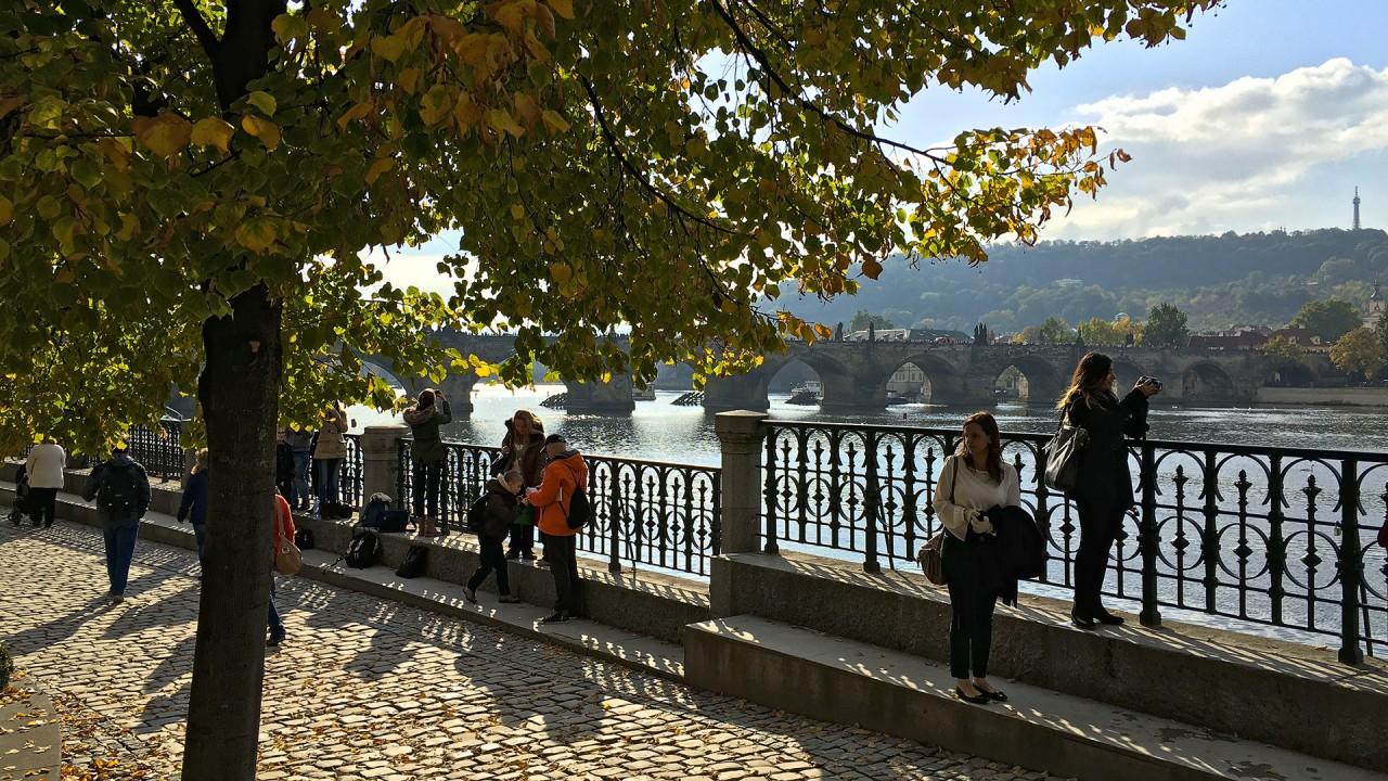 Turister vid Vltava.