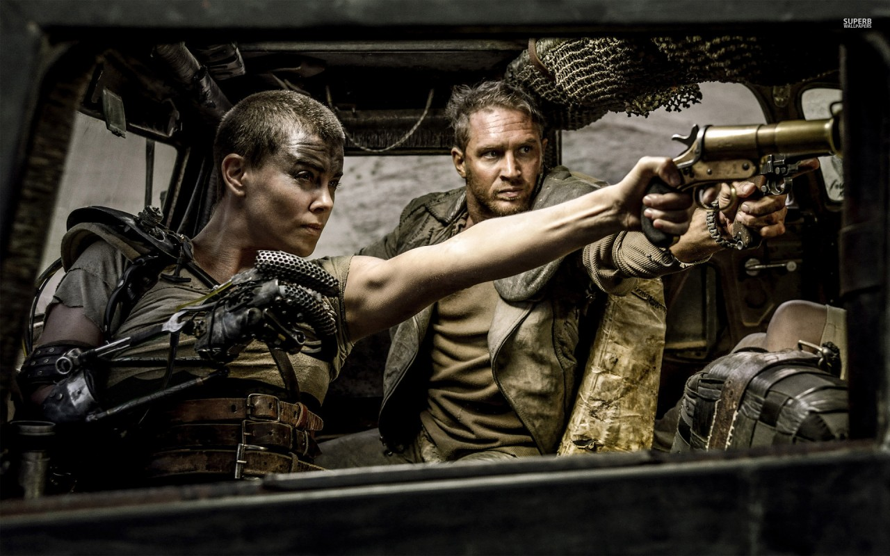 Charlize Theron, stenhård som Furiosa i Mad Max: Fury Road.