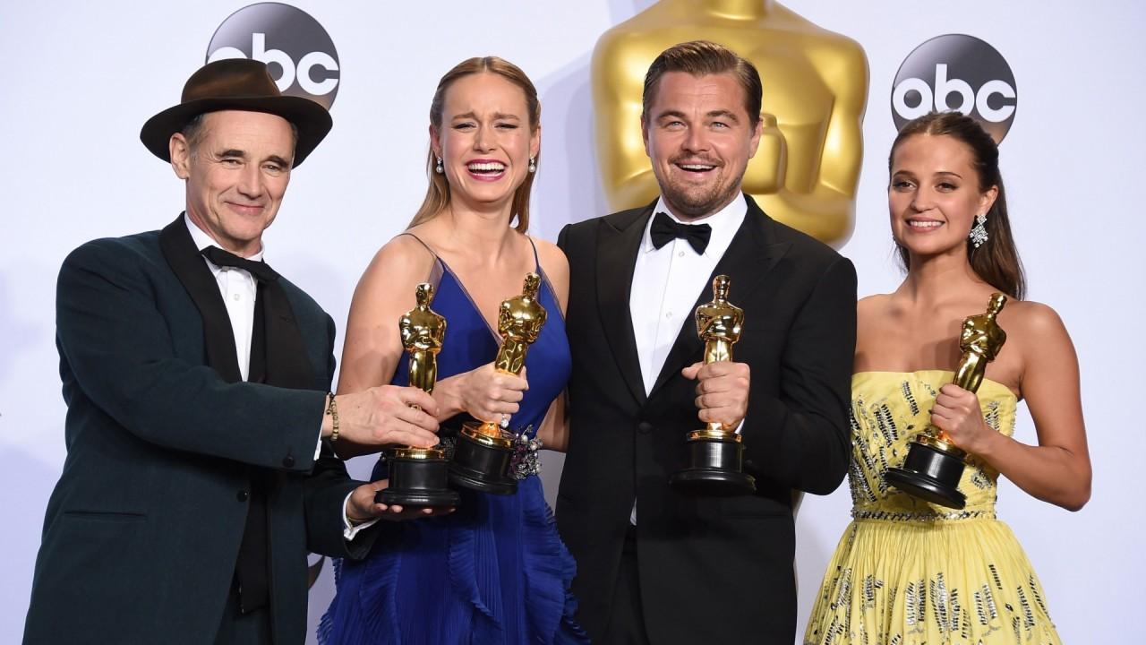 Alla fyra vinnande skådespelare tillsammans. Mark Rylance för Spionernas bro, Brie Larson för Room, Leonardo DiCaprio för The Revenant och Alicia Vikander för The Danish Girl.